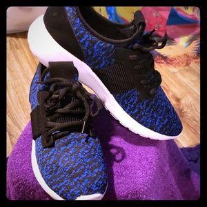 Women's Flynet like sneakers Sz 6 NIB